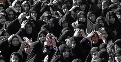 فیلمی از عزاداری زنان مقابل منزل شهید نظم و امنیت در رامهرمز